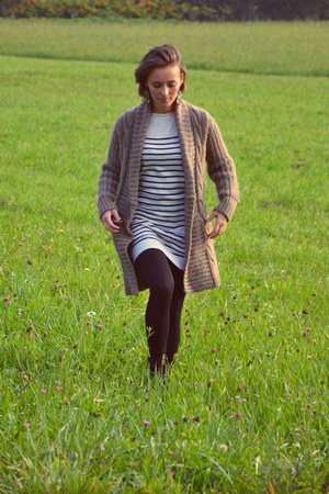 light brown Comptoir des Cotonniers cardigan - black leather Gamloong boots