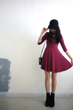 maroon hm dress - black boots - black hat - black box handbag purse