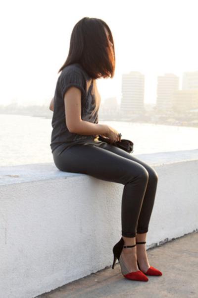 dark gray bowie pull&bear t-shirt - black fake leather Zara leggings
