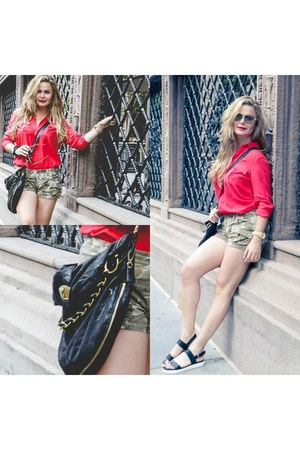 cross body Armani Exchange bag - camu shorts - Armani Exchange shorts