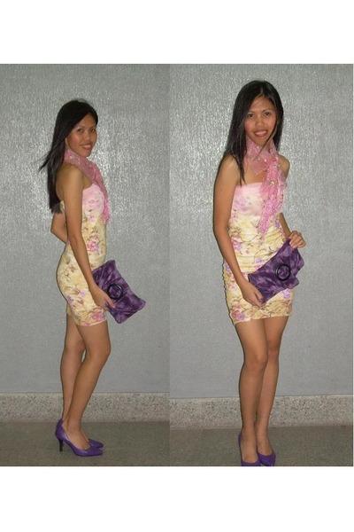 Yellow-dress-pink-scarf-purple-shoes-purple-purse_400