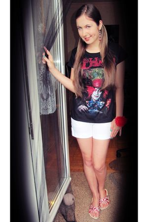 black Claires t-shirt - pink Bijou Brigitte earrings - white Only shorts