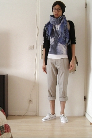 H&M hat - scarf - H&M t-shirt - pants - Vans shoes