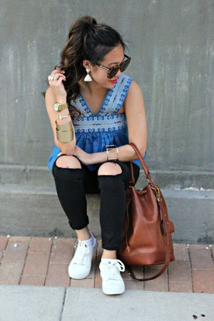 blue madewell top - black Topshop jeans - brown bucket madewell bag