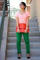 coral bag - salmon t-shirt - black heels - green pants