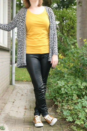 mustard mustard t-shirt Takko fashion t-shirt - black H & M pants