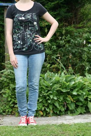 red Converse sneakers - blue tregging H & M pants - black H & M t-shirt