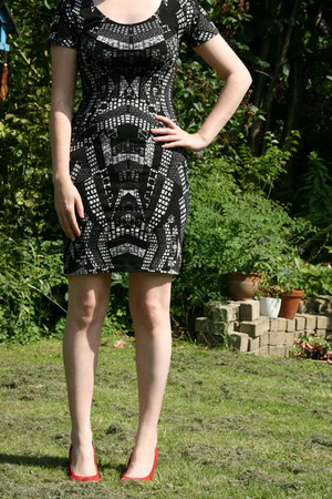 black graphic print H & M dress - red red pumps van haren pumps