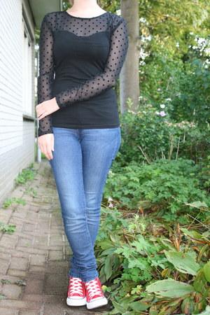 black black dots H & M shirt - blue H & M jeans - red Converse sneakers