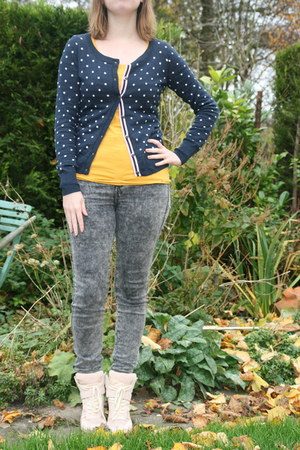 charcoal gray Bershka jeans - mustard mustard t-shirt Takko fashion t-shirt