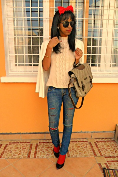 ripped jeans - white Printemps jacket - Beige sweater - ruby red mod tights