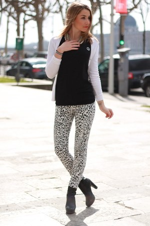 black Tommy Hilfiger boots - white Zara jeans - black maison scotch t-shirt