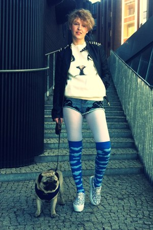 sky blue clouds QooQoo socks - black studded leather Stradivarius jacket