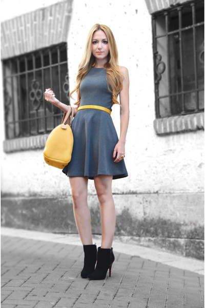 black-zara-boots-gray-zara-dress-mustard-carolina-herrera-bag_400