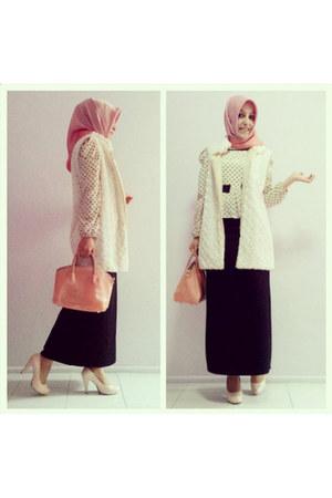 white faux fur vest - light pink scarf - peach plastic collezione bag