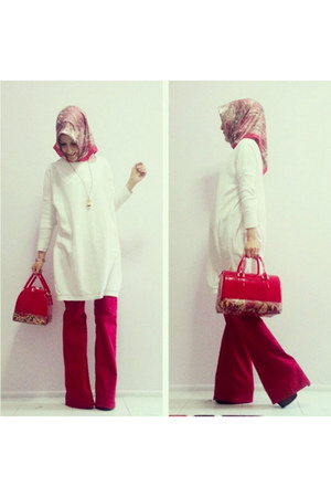 ruby red snakeskin Aker Sport scarf - white knit Vaniza sweater