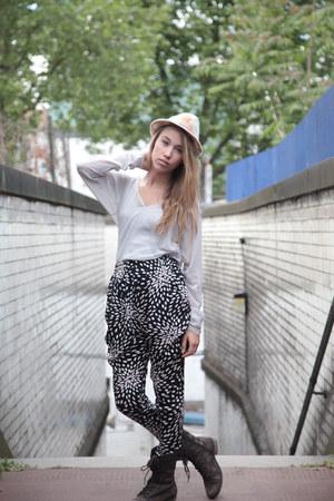 gray Heureka top - black Heureka pants