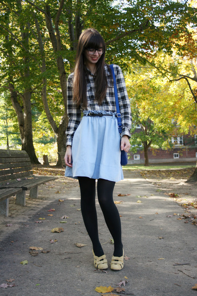 light yellow seychelles heels - black Gap shirt - black Express tights
