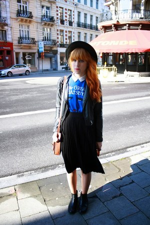 blue Waterstones t-shirt - black Zara skirt