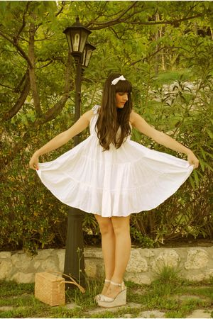 beige flower wedges Stradivarius shoes - white pull&bear dress