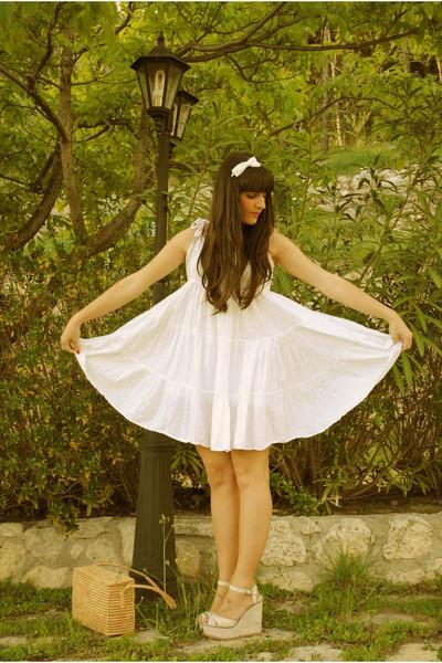beige flower wedges Stradivarius shoes - white pull&bear dress