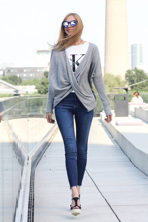 heather gray cozy Mrs Foxworthy sweater - navy high waisted Zara jeans