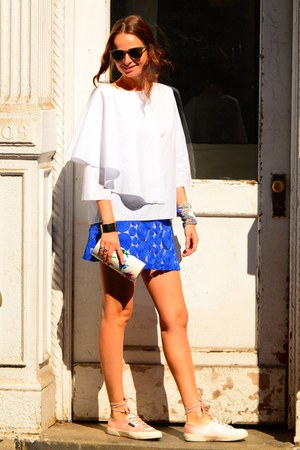 mini Alice and Olivia skirt - wayfarer Ray Ban sunglasses