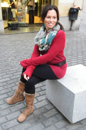 black leggings - tan fur trimmed boots - red friday project sweater