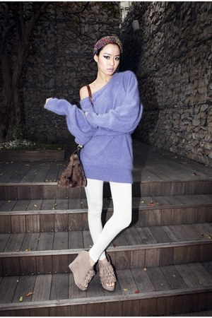 violet sweater - white leggings - dark brown bag - beige wedges