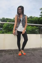 heather gray denim top - white YRYS top - black leggings - blue bag