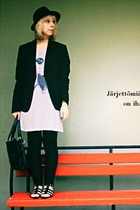 Sand blazer - second hand hat - Monki t-shirt - Ida Sjstedt pants