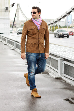 mustard Hugo Boss boots - navy Dsquared2 jeans
