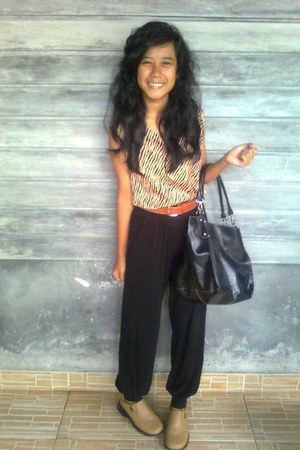 brown belt - light brown top - black pants - light brown shoes - black bag