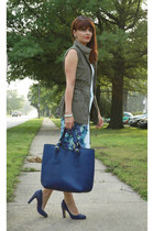 olive green utility Old Navy vest - navy leather tote Varriale bag