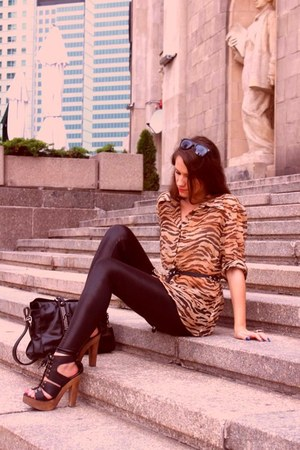 black sandals - black leggings - bronze shirt - black bag