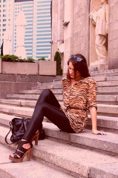 black sandals - black leggings - bronze shirt - black bag