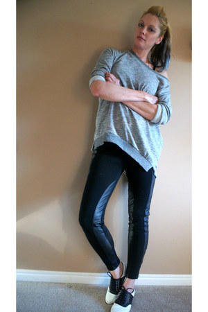 heather gray sweatshirt - black leggings