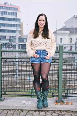 vintage sweater - studded deezee boots - kisses printed Gate tights