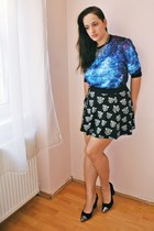 Galaxy sweatshirt and black tiger skirt