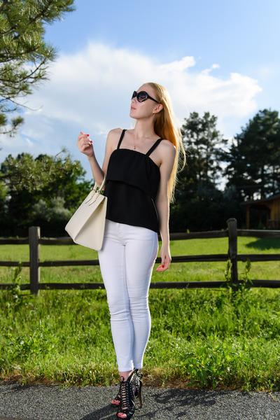black ruffle TANGOELLA top - white skinny Frame Denim jeans