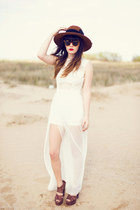 ivory dress - tawny hat - dark brown heels