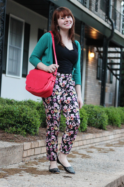 coral scalloped PepaLoves bag - black floral print H&M pants