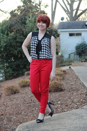red skinny Levis jeans - black Boohoo shirt - black Xhileration heels