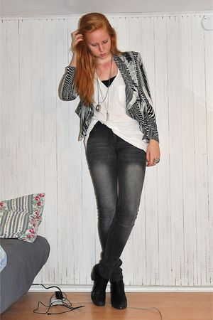 black H&M blazer - white H&M top - gray GINA TRICOT jeans - black tiamo boots -