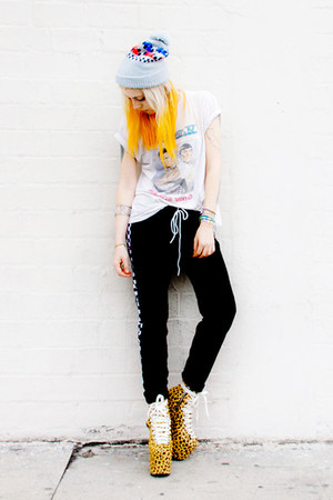 camel UNIF shoes - black vintage pants - white star trek vintage t-shirt