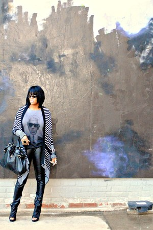 dark gray Karl Lagerfeld for Macys t-shirt - black Dolce Vita shoes