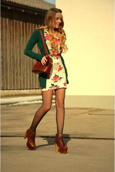 Платье в цветочек с чем носить