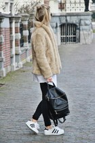 camel faux fur jacket - black bag