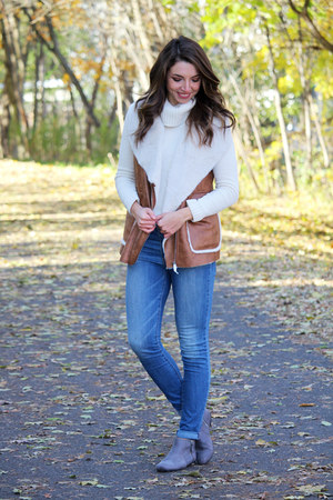 brown shearling vest Forever 21 vest - blue American Eagle jeans