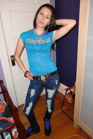 shirt - belt - shoes - jeans - earrings